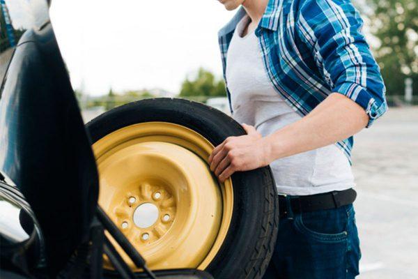 thay lốp xe ô tô dự phòng như thế nào?